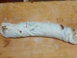 麻酱芝麻烧饼,将涂抹麻酱的面片卷起。