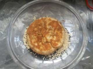 麻酱芝麻烧饼,将单面煎好的饼胚另一面均匀沾满芝麻。