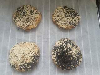 麻酱芝麻烧饼,将沾满芝麻的饼胚放入在烤架上,静置10分钟。
