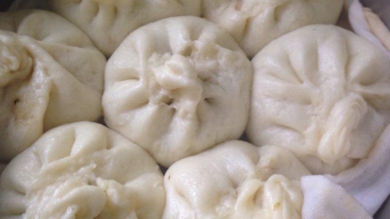 白白胖胖的肉馅大包子,15分钟后关火,过5分钟开盖,避免蒸好的包子受冷气回缩。