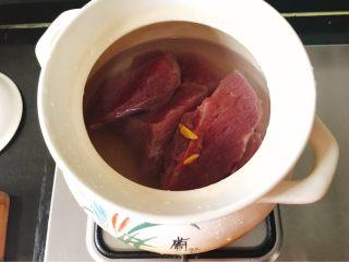 宝宝肉松(平底锅版),肉切大块,冷水淹没肉、同时下两片姜去腥,大火烧开