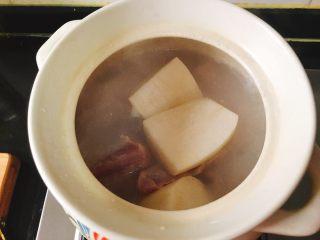 宝宝肉松(平底锅版),锅开始滚了之后放萝卜,转小火,炖的时间大约一个小时