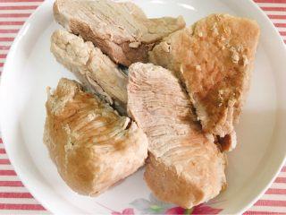 宝宝肉松(平底锅版),煮好的肉肉放凉,最艰辛的一步要开始了
