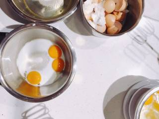 #春日烘焙教室#裸蛋糕,蛋黄盆里加15克糖+牛奶20克+色拉油20克拌匀;