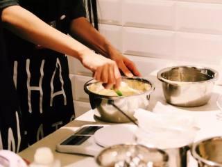 #春日烘焙教室#裸蛋糕,筛入33克低筋面粉,拌匀备用;