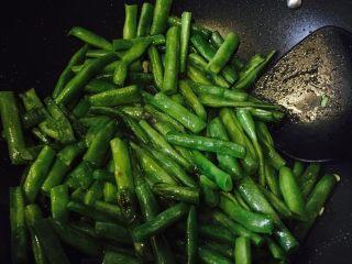 清炒刀豆,翻炒时间需要久一点 不然会很硬。倒入盐 味精。十分钟左右。刀豆变酥软。可加入少量水(小半碗)