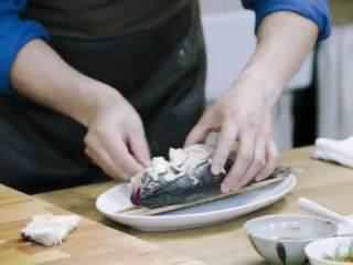 梅香咸鱼蒸鲈鱼&腊味双拼饭 ,将鲈鱼用筷子与盘子隔开,将咸鱼切片铺在鲈鱼肚子上