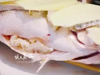 梅香咸鱼蒸鲈鱼&腊味双拼饭 ,再铺姜片,后将鲈鱼隔水蒸