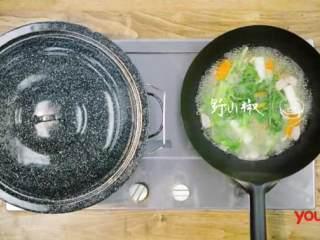 梅香咸鱼蒸鲈鱼&腊味双拼饭 ,取锅加入适量水,放入香菜、葱段、胡萝卜块、小干葱、芹菜及野山椒煮沸