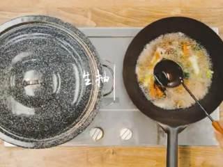 梅香咸鱼蒸鲈鱼&腊味双拼饭 ,再加入适量盐、胡椒粉、豆豉、蚝油、美极酱油、生抽搅拌均匀,熬煮一会儿