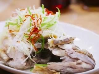 梅香咸鱼蒸鲈鱼&腊味双拼饭 ,将泡好的葱丝、姜丝、青红椒丝、铺在鲈鱼上