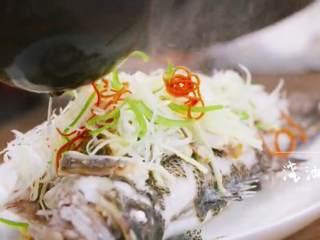 梅香咸鱼蒸鲈鱼&腊味双拼饭 ,烧热后的油浇在鱼上面
