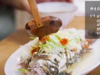 梅香咸鱼蒸鲈鱼&腊味双拼饭 ,浇上步骤7、8混合 的汁儿即可