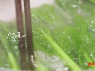 梅香咸鱼蒸鲈鱼&腊味双拼饭 ,取煮锅烧水,加入适量盐,将广东菜心焯熟