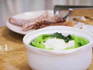 梅香咸鱼蒸鲈鱼&腊味双拼饭 ,将米饭盛出,摆上菜心