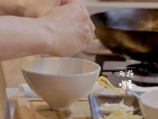 菠萝饭配古老肉&东南亚炒饭,2-3打两颗鸡蛋,再加少许盐搅拌