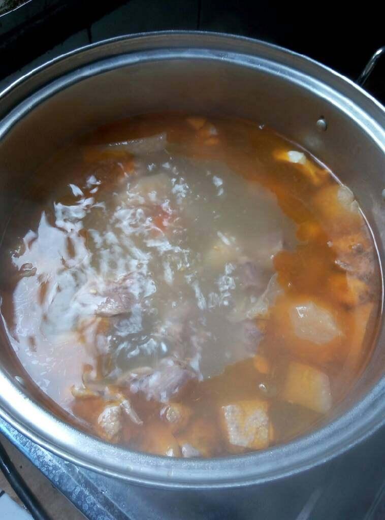 酸萝卜老鸭汤,烧开以后转小火慢炖,炖好就可以了