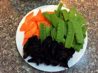 荷塘小炒#健康美颜餐#,木耳用冷水泡发,荷兰豆去丝掐头去尾洗净,胡萝卜洗净切菱形片