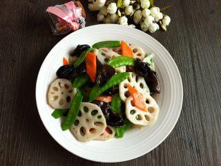 荷塘小炒#健康美颜餐#,出锅前撒适量盐,鸡精,糖翻炒均匀,一匙淀粉加入半碗水勾芡