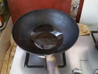 香椿炒鸡蛋,锅中放油烧热。