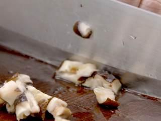 烧麦,香菇泡发后切丁