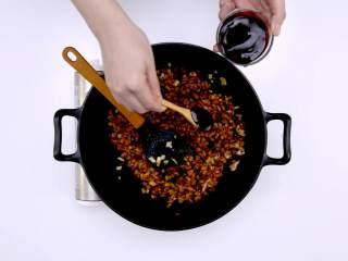 烧麦,加糖、蚝油炒匀