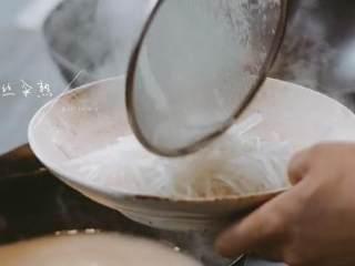 汆三样&芝麻烧饼 ,将白萝卜丝汆熟捞出