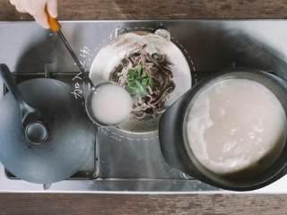 汆三样&芝麻烧饼 ,捞出装盘,用香菜点缀,浇上鱼汤,鲜美无比的汆三样就好啦!