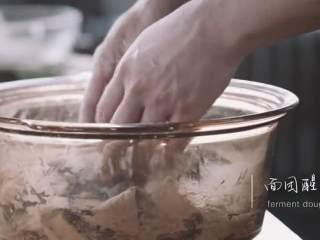 汆三样&芝麻烧饼 ,取适量面粉加入水揉匀,用布把面团盖住醒发