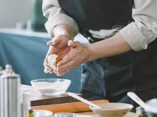 汆三样&芝麻烧饼 ,再让面团粘上芝麻,压成小饼