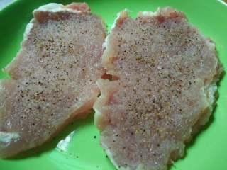 烤猪排 #健康美颜餐#,猪肉洗净吸干水份用刀背将肉的两面敲打~有筋膜的地方用刀切断~然后撒盐和黑胡椒腌制3小时以上