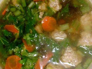 小白菜肉丸子汤,装入容器,OK上桌。喜欢香菜的也可在上桌前加入香菜末。