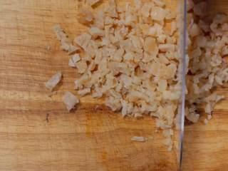 萝卜糕,瑶柱用水泡软后沥干切碎