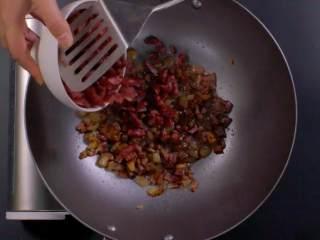 萝卜糕,将锅加油烧热后,放腊肉和腊肠爆炒,待脂肪部分变透明,加入瑶柱和虾米碎