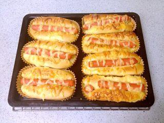 芝士肠仔包,入烤箱180度烤18-20分钟,出炉。