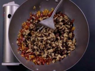 萝卜糕,炒至香味溢出,再加入冬菇碎翻炒,放入适量冰糖、胡椒粉和盐拌匀,盛出待用