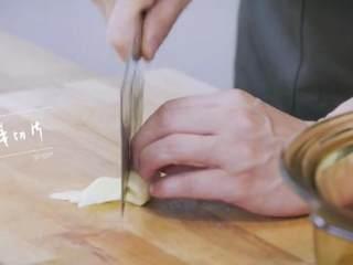 玫瑰叉烧煲仔饭,洋葱、姜切片,葱切段,蒜压碎