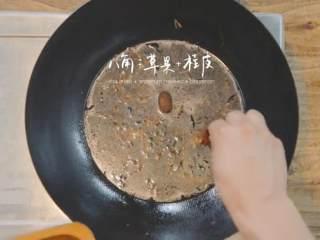 玫瑰叉烧煲仔饭,取炒锅,倒入适量油,加入葱、姜、香菜叶及适量酱油翻炒再倒入适量水,加草果、八角、桂皮、白糖熬煮片刻