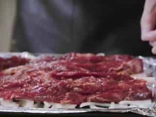 玫瑰叉烧煲仔饭,再将肉条铺在洋葱上,进烤箱180度烤20分钟