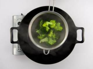番茄烧菜 竟也有那么多小技巧,3-2 西兰花焯水一分钟,捞出沥干