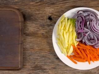 羊肉抓饭,胡萝卜、黄萝卜切成细长条,洋葱切丝