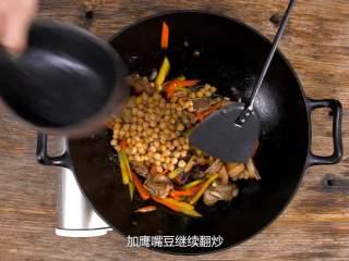 羊肉抓饭,萝卜炒软时加鹰嘴豆继续翻炒