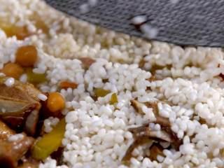 羊肉抓饭,转中火煮20分钟,加入大米