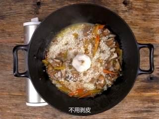 羊肉抓饭,加整颗蒜,加盖小火焖煮10分钟