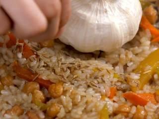 羊肉抓饭,翻动米饭,加入少许孜然粒,继续焖煮10分钟