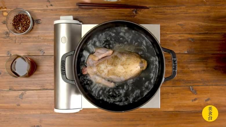 手撕椒麻鸡,将炖锅里的水烧开,放入腌制好的鸡