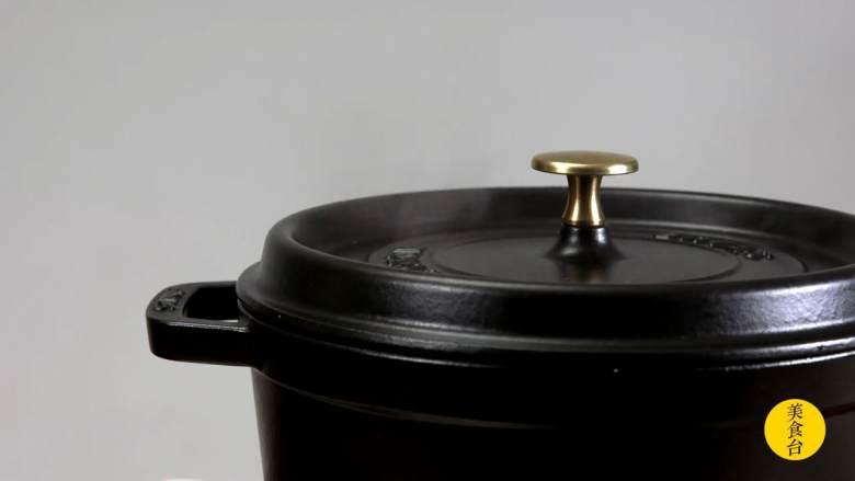 手撕椒麻鸡,煮到香味出来,盖上锅盖焖煮