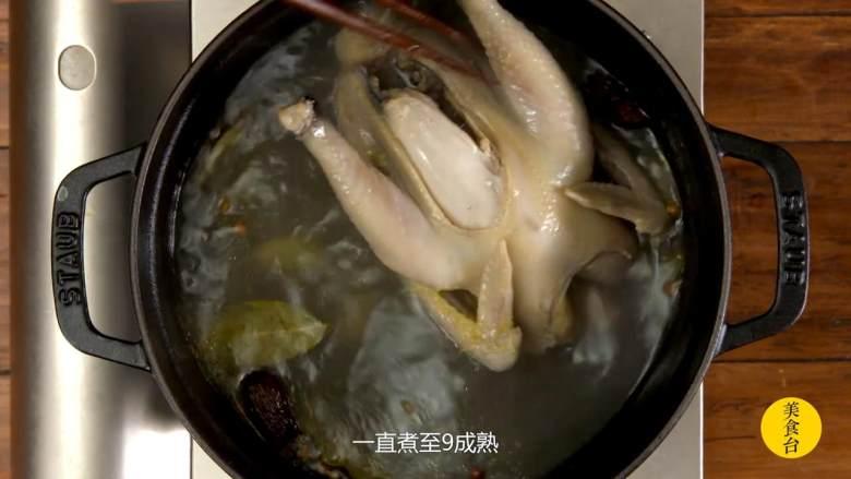 手撕椒麻鸡,中间要不时翻转鸡肉,一直煮至9成熟