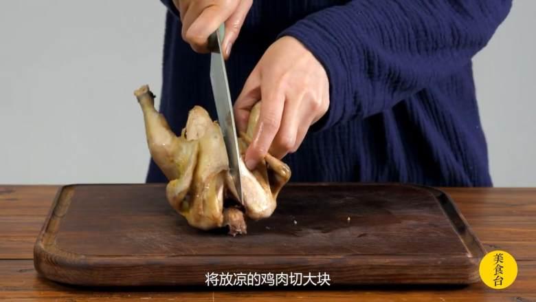 手撕椒麻鸡,将放凉的鸡肉切大块