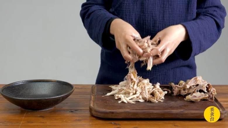 手撕椒麻鸡,用手撕出鸡丝